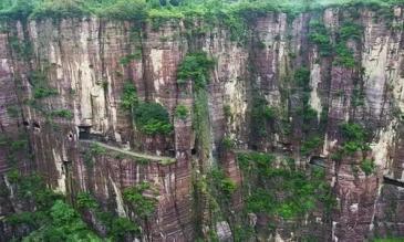 Đường hầm đào thủ công xuyên vách núi dựng đứng